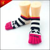 Chaussettes de tep de doigt de la jeune fille cinq
