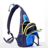 肩の吊り鎖のバックパックの箱袋をハイキングする新しい子供の男の子旅行
