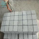 Pietra bianca a forma di ventaglio del ciottolo del granito G603 sulla maglia per pavimentare