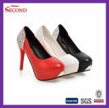 赤いカラー女性のプラットホームの靴