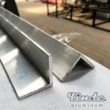 A extrusão/expulsou o perfil de alumínio com ângulo direito