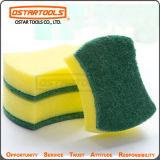 Esponja colorida da cozinha da dona de casa que limpa a almofada abrasiva para trabalhos da limpeza