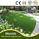 Herbe verte aménageant l'herbe synthétique pour le balcon