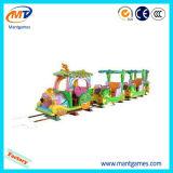 Trem elétrico da trilha do parque de diversões atrativo