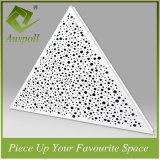 屋内使用の装飾的な穴があいた金属の三角形の天井