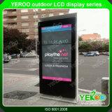 Suelo al aire libre de 55 pulgadas que coloca la pantalla táctil de Digitaces que hace publicidad de la visualización del LCD