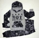 Le garçon de mode folâtre le procès chez des vêtements des enfants