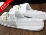 Embroideriedによってカスタマイズされるロゴ/ホテルのエヴァのスリッパが付いている白いホテルの綿のスリッパ