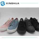 Les modes dénomment les chaussures de toile plates de lacet