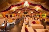 井戸は大きい党のための結婚披露宴のテントを飾った
