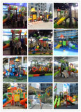 A parede grande do labirinto do jardim de infância do projeto En71 novo brinca os brinquedos de madeira para miúdos