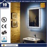 Miroir lumineux fixé au mur de salle de bains éclairé à contre-jour par DEL de vanité