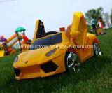 Kind-Auto mit Fernsteuerungsfahrt auf Spielzeug-Auto