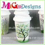 ふたの白く大きいティーカップが付いている最近陶磁器のマグ
