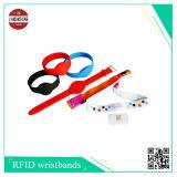 O Wristband tecido RFID com etiqueta macia do PVC, pode número do laser e parte traseira diferentes de Uid da etiqueta do PVC