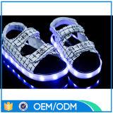 O diodo emissor de luz da luz da forma do verão calç a sandália da mulher