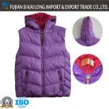 ملابس على الموضة للنساء في فصل الشتاء في الهواء الطلق مبطن الصدرية مع كاب