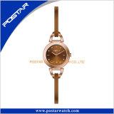 Face simples do relógio bonito do projeto com a faixa magro do couro genuíno