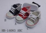 余暇の通気性の柔らかい最下の赤ん坊の幼児の靴