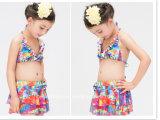 女の子の印刷された波立たせられた水着