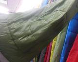 キャンプする冬最もよく寝袋の青く新しいスリープ袋をハイキングする