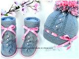 사랑스러운 온난한 아기 뜨개질을 하는 패턴 아기 신발