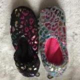 2つのカラー女性の冬の靴