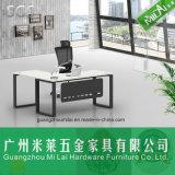 L scrivania moderna di figura con il piedino inossidabile del metallo