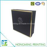 黒いふたが付いているロゴによって浮彫りにされるギフト用の箱