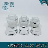 Bereiftes Glas-kosmetische Flaschen und Gläser mit glänzenden silbernen Kappen