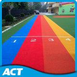 Grama artificial colorida para a esteira da segurança dos campo de jogos dos miúdos