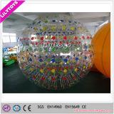 Малыши и взрослый раздувной шарик Zorb для рекламы использовали