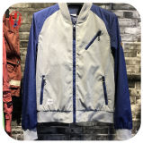 人の上の方法衣服のジャケット