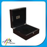 Validar el rectángulo de reloj de madera de la laca negra arriba brillante de la orden de encargo con insignia