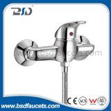 Douche tenue dans la main de chute d'eau de salle de bains de baignoire de robinet de robinet fixé au mur de mélangeur