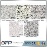 白いカラーの外壁または床のための中国の磨かれた花こう岩の正面のタイル