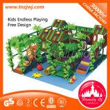 Le parc à thème commercial de jungle badine le labyrinthe d'intérieur de cour de jeu
