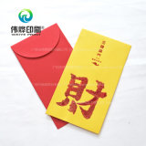 Impressão de papel vermelha que contem o dinheiro como um presente