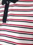 Gli uomini mettono la camicia in cortocircuito di polo dei manicotti con due bande di colore