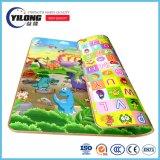 Esteira colorida do jogo para bebês com espuma