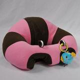 Sitzendes Stuhl-Säuglingsbaby, das Kissen in Position bringt