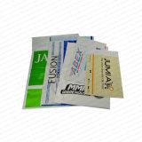 Kleren die de PolyManilla Envelop van de Post verpakken