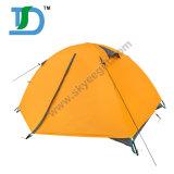 Voyager 2 personnes à l'extérieur de la famille étendre la tente de camping légère