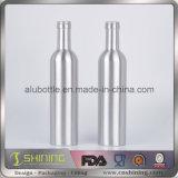 Garrafas de água bebendo do alumínio