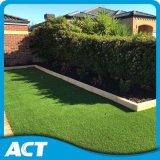 Alta erba artificiale densa con completamente riccio per zona residenziale del giardino
