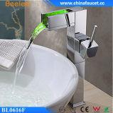 Beelee 새로운 디자인 수력 폭포 목욕탕 LED 꼭지