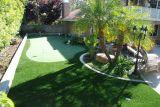 인공적인 뗏장 잔디를 정원사 노릇을 하는 Wm