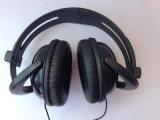 Fones de ouvido baratos da boa qualidade junto com auscultadores do esporte