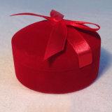 Caja de joyería roja con la cinta del satén