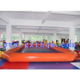 팽창식 수영장을 수영하는 PVC